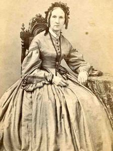 1860s CDV SEATED OLDER LADY BY POWELSON OF ROCHESTER NEW YORK