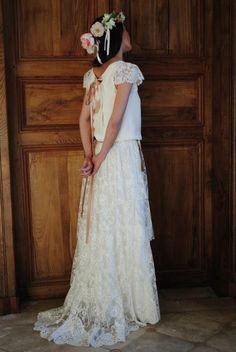 Vestido de novia romántico combinado con corona de flores. #Innovias