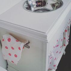 El fregadero, al igual que la cocinita salió de unos mesillas de hace 30 años, concretamente las de la primera habitación de matrimonio de mis padres. - See more at: http://terroncitodesal.blogspot.com.es/#sthash.Y3AuTb5F.dpuf