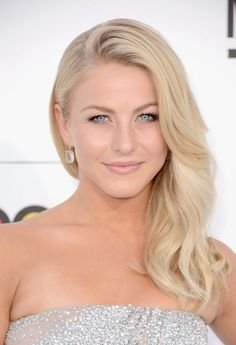 Julianne Hough Hairstyles Who is this mysterious beauty? Yes, she is the pop singer, dancer and actress Julianne Hough. Want to be as excellent as Julianne Hough? Cheveux Julianne Hough, Hair Styles 2014, Long Hair Styles, Jessica Alba Hair, Blonde Curls, Ash Blonde, Makeup For Blondes, Mid Length Hair, Celebrity Hairstyles
