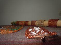 Variedad de pulseras tejidas en hilo de cobre