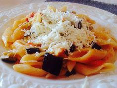Pasta con melanzane pomodori e cacioricotta.