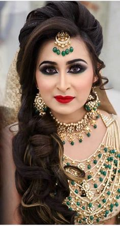 Pakistani Engagement Hairstyles, Pakistani Bridal Makeup Hairstyles, Bridal Hairstyle Indian Wedding, Indian Wedding Makeup, Unique Wedding Hairstyles, Bridal Hair Buns, Bridal Hairdo, Hairdo Wedding, Indian Hairstyles