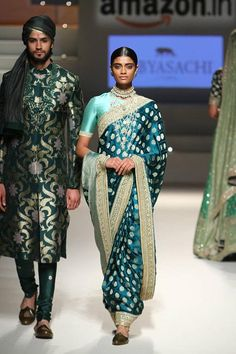 Indian designer heritage royal Handmade stone& pearl Padmavat necklace Set with Earrings and Tika He India Fashion Week, Fashion Week 2016, Fashion 2020, Women's Fashion, Indian Dresses, Indian Outfits, Sabyasachi Sarees, Banarsi Saree, Latest Indian Fashion Trends