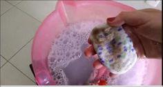 Essa Mistura potente arranca as sujeiras mais difíceis, ideal para você lavar as suas roupas mais sujas! Assista o vídeo e confira a maravilha que é esse molho poderoso! Confira a Receita Dissolva em um balde grande de água quente (pode ser água do chuveiro) 1 xícara de álcool liquido comum 2 medidas de alvejante …