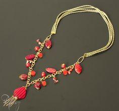 Necklace made with gold leather string, fashion gold chain, red nacar beads, red beads and more. Collar hecho con cuero, cadena dorada de fantasía fina, cuentas roja de nacar, cristales checos y otros.