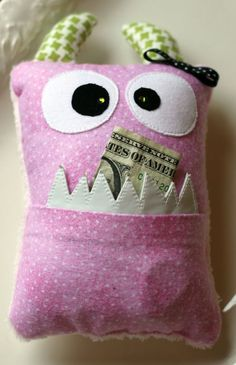 Genius Tooth Fairy Ideas & Free Printables Kids look forward to the tooth fairy visiting them. The magic is already there but you can make it even more special with these brilliant tooth fairy ideas! Fabric Crafts, Sewing Crafts, Sewing Projects, Craft Projects, Fun Crafts, Crafts For Kids, Arts And Crafts, Softies, Baby Accessoires