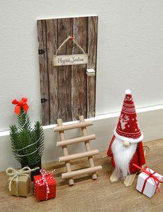 4994 DIY- Tontun ovi päällystetty kuviokartongilla (1330). Kuusi tehty havuista (3799), portaat tehty paperipilleistä (päällystetty), pukki DIY (4992)\\n\\n18.10.2017 14.58 Elf Door, Elf On The Self, Merry Christmas, Xmas, Fairy Doors, Christmas Projects, Ladder Decor, Diy And Crafts, Christmas Decorations