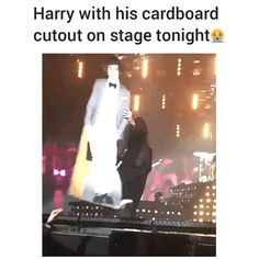 I was waiting for this!!!!! OML Harry on stage tonight with his own cardboard in Mannheim, Germany April 5, 2018
