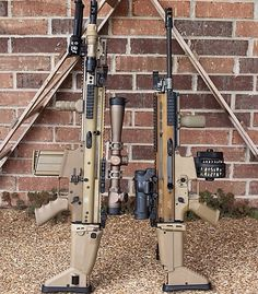 On left SCAR-H with bipod and large scope sight. On right SCAR-L with high capacity drum magazine. jdm