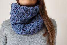 Hola crocheteras! Ya se acerca el invierno y las fiestas de Navidad. Sea por un motivo u otro aquí tienes una manera muy sencilla de tejer un precioso cuello de lana. Con un solo ovillo y una aguja…