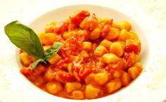 GNOCCHI DE CARTOFI CU SOS DE ROSII Gnocchi, Chana Masala, Ethnic Recipes, Food, Essen, Meals, Yemek, Eten