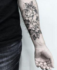 Tatuagem feita por Tiago Dhone de Curitiba. Fechamento de antebraço com flores em blackwork.