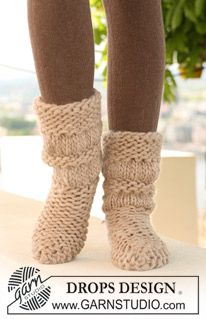 """DROPS Extra - DROPS socks with shirred pattern in """"Polaris"""" and """"Eskimo"""", worked back and forth on needle. - Free pattern by DROPS Design Crochet Shoes Pattern, Knitted Slippers, Crochet Slippers, Knit Or Crochet, Slipper Socks, Chunky Knitting Patterns, Knitting Socks, Free Knitting, Tutorials"""