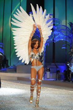 Крылья сделанные собственными руками | Пикабу Folk Costume, Costumes, Phoenix Drawing, Victoria's Secret, Body Adornment, Vs Angels, Victoria Secret Angels, Supermodels, Fashion Show