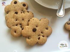 Biscotti di farro all'arancia e cioccolato INGREDIENTI: 250 gr farina di farro integrale biologica 100 gr zucchero di canna 1 arancia non trattata (80 gr