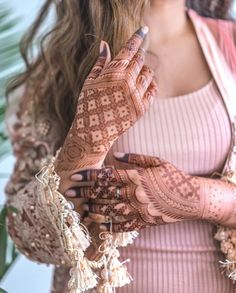 Check beautiful & simple arabic mehndi designs 2020 that can be tried on wedding. Shaadidukaan is offering variety of latest Arabic mehandi design photos for hands & legs. Pakistani Mehndi Designs, Latest Arabic Mehndi Designs, Back Hand Mehndi Designs, Modern Mehndi Designs, Mehndi Design Photos, Wedding Mehndi Designs, Mehndi Images, Dubai Mehendi Designs, Floral Henna Designs