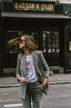 How to wear shirt casual outfit ideas for 2019 Suits And Sneakers, Sneakers Outfit Casual, How To Wear Sneakers, Casual Outfits, Cute Outfits, Scarf Outfits, Casual Bags, Sneakers Style, Red Sneakers