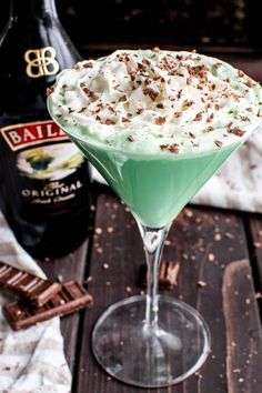 This Baileys Mint Martini is the ultimate combo! Creme de Menthe combined with Baileys Irish Cream in one delicious Baileys drink that's perfect for St. Patrick's Day, Christmas, or any special occasion. This minty martini Baileys Irish Cream, Baileys Creme, Irish Cream Drinks, Martinis, Baileys Cocktails, St Patrick's Day Cocktails, Cocktail Drinks, Christmas Cocktail, Christmas Drinks