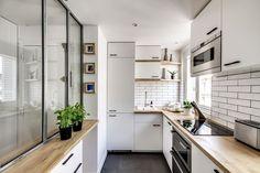 L'completamente attrezzata cucina a forma di U dell'appartamento.