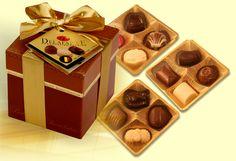 Nádherná zlacená bonboniéra - obal ve stylu tmavě hnědé kůže. Bonboniéra obsahuje směs prvotřídních pralinek od značkového belgického výrobce/12ks pralinek/. Bonboniéru opatříme firemní visačkou. Rozměr: 90x90x90 mm. Váha čokolády 150 g. Bonboniéra patří mezi dobré nápady na dárky jako firemní reklamní předmět nejen na Vánoce.