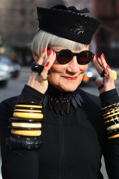 ADVANCED STYLE: How to Dress Like an Advanced Style Lady. Check out this site. Run to embrace the advanced style within yourself. Looks Style, Style Me, Style Blog, Real Style, Vogue Japon, Look Fashion, Womens Fashion, Fashion Tips, Stylish Older Women