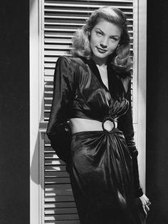 To have and have not, dirigida por Howard Hawks, fotografia realizada para la promoción de la película en 1945 con una versión corta del vestido diseñado por Milo Anderson.