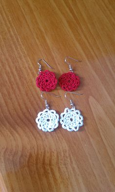 crocheted earrings Free doily earring pattern on Ravelry: Doily Earrings pattern by Emily Forrest Crochet Diy, Thread Crochet, Crochet Crafts, Crochet Doilies, Yarn Crafts, Crochet Flowers, Crochet Projects, Ravelry Crochet, Crochet Birds