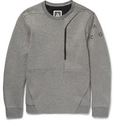 Nikes ACG range takes into consideration the movement an athlete demands, as well as climate, comfort and style. This light-grey sweatshirt is crafted from the labels soft cotton-blend tech-fleece and has a regular cut that offers unrestricted movement. The large front pocket has an incorporated media port and phone slot, demonstrating a practical and contemporary touch.