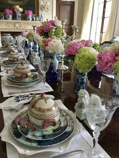 The blue and white club meeting is on! - The Enchanted Home Elegant Table Settings, Beautiful Table Settings, Enchanted Home, Centerpieces, Table Decorations, Jolie Photo, Deco Table, Dinner Table, Tablescapes