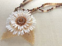 白いお花のペンダント型ビーズネックレス