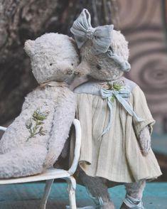 Доброе утро мои дорогие , а я уже мчу на встречу с горячим кофе и цветочным лавкам в своём любимом городе #таллин ☕️ Везу с собою маленький вагончик с мишутками , которые скоро отправятся к своим мамам ☄ А эта влюблённая парочка останется жить в России , чему я очень рада .... Ещё я хотела сказать о том , что в этот раз очень многие расстроились , так как не успели выбрать себе Мишку ☄.... Я правда не успеваю сделать хорошие фото  и тем более не успеваю сделать рассылку ! Мишки разбеж...