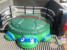 Would work as a toy bix in Bedroom regular sandbox to Ninja Turtle success! :) Js Nephew will love! Tape off your design and spray paint away! Ninja Turtle Room, Ninja Turtle Birthday, Turtle Party, Ninja Turtles, Sandbox Cover, Backyard Play, Backyard Ideas, Little Tykes, Old Toys