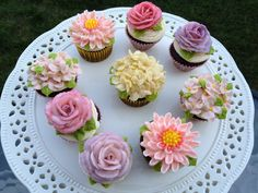 Just to amaze us even further - these buttercream flowers are piped on mini cupcakes! Cupcakes Design, Fancy Cupcakes, Pretty Cupcakes, Beautiful Cupcakes, Gourmet Cupcakes, Cupcakes Flores, Flower Cupcakes, Strawberry Cupcakes, Buttercream Flower Cake