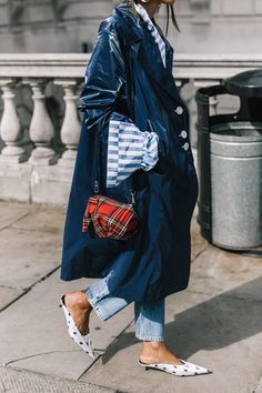23 Outfit Ideas to Look Even More Stylish in 2018 - Regenschirm und Regenmantel Mode Chic, Mode Style, Style Me, Style Blog, Mode Outfits, Stylish Outfits, Fashion Outfits, Fashion Trends, Stylish Clothes