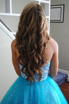 Prom hairstyles | Long wavy hairstyle  http://www.hairstylo.com/2015/07/prom-hairstyles.html