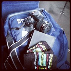 Companheiros de viagem: mochila, luvas, caderno, camera #viajanteci - @gaiapassarelli