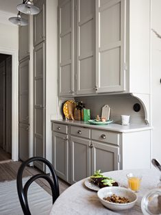 Complete Kitchen Renovations Tips You Will Love Cozy Kitchen, New Kitchen, Kitchen Dining, Kitchen Decor, 1930s Kitchen, Kitchen Interior, Interior Design Living Room, Kitchen Remodeling Contractors, Grey Interior Design