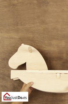 ¿Quieres que tus hijos sean auténticos cowboys? Aprende a construir de manera muy sencilla un original caballo de madera que les proporcionará horas de diversión. http://www.youjustdo.es/inspiracion-para-bricolaje/crear/hacer-caballo-de-madera.html