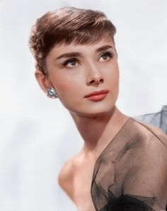 Film and fashion icon Audrey Hepburn, ca. Style Audrey Hepburn, Audrey Hepburn Photos, Aubrey Hepburn, Audrey Hepburn Makeup, Hollywood Stars, Old Hollywood, Colorized History, Sophie Marceau, Romy Schneider