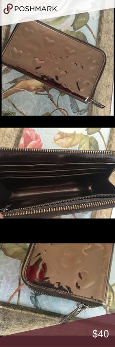 Marc Jacobs Wallet Beautiful Marc Jacobs wallet it is seven and a half inches long and 4 in tall. Very good condition Marc Jacobs Bags Wallets