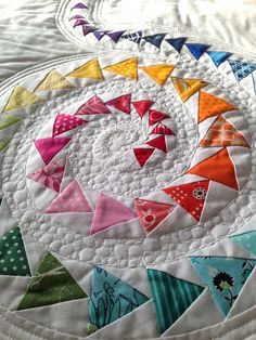 FLiQS Spiral of Geese by Better Off Thread.  Have I shared this fab pic already?  well, no worries.  you can never have too much of this great example of spiral FG and FMQing.