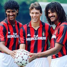 Rijkaard, Van Basten e Gullit, Milan But Football, Milan Football, Football Awards, Classic Football Shirts, Football Images, Football Icon, Best Football Players, World Football, Vintage Football