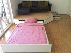 Clevere Podest-Lösung mit integriertem Bett, ideal für kleine Wohnungen