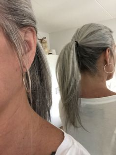 Loving my grey ponytail - Silberhaar - Cheveux Grey Hair Don't Care, Long Gray Hair, Silver Grey Hair, Grey Hair Ponytail, Dark Underneath Hair, Grey Hair Styles For Women, Silver Haired Beauties, Grey Hair Inspiration, Curly Hair Styles
