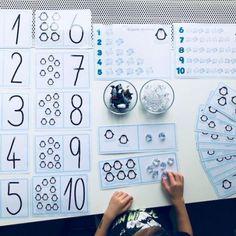 Tučňáci a počítání ledových krystalů – soubor 17 listů velikosti A4 k upevňování a procvičování hodnoty čísla 1-10. Lze také využít k nácviku psaní číslic. Celkem 32 karet.  Návod: vytisknout, zalaminovat, rozstříhat jednotlivé karty a hrát si 🙂 Jako pomůcky lze použít figurky tučňáků a umělohmotné krystaly představující kousky ledu. Vše dostupné v našem obchodě www.messyplay.cz