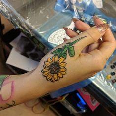 P>Sunflower small hand tattoo Side Hand Tattoos, Small Hand Tattoos, Foot Tattoos, Finger Tattoos, Sleeve Tattoos, Ankle Tattoos, Sunflower Tattoo Shoulder, Sunflower Tattoo Small, Sunflower Tattoos
