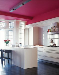 Cuisine blanche au plafond rose designs bathroom design design design ideas decorating before and after Pink Ceiling, Colored Ceiling, Ceiling Color, Home Interior, Kitchen Interior, Interior Design, Kitchen Walls, Kitchen Office, Kitchen Paint