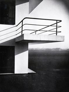 Bauhaus Dessau: balcão da Bauhaus na casa ateliê, de Lucia Moholy. Photography played a minor role at the Bauhaus but Moholy produced with her husband, Lazlo Maholy-Nagy many of the iconic images associated with the school.