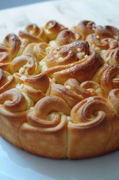 Me revoilà ... et avec une brioche bouclette s'il vous plaît ! La brioche bouclette c'est Nadia qui l'avait liké sur son facebook, j'avais trouvé ça trop trop joli ... la recette provient d'Iza et de sa petite pâtisserie, comme le Kringel d'ailleurs !... Croissants, Pan Comido, Brioche Recipe, Bread And Pastries, Italian Desserts, Artisan Bread, Sweet Bread, Bread Recipes, Sweet Recipes